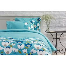 Update your look with this contemporary bright and breezy blue floral king size duvet set from the Wilko home collection. Made from soft to touch polycotton for comfort, this easy care set requires minimal ironing, is machine washable and tumble dryer friendly.144 thread count. Contains a duvet cover and two pillowcases. Polyester 52% / Cotton 48%