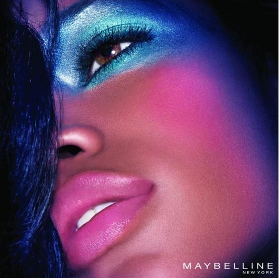 El color azul metálico en tu mirada. Combínalo con el rosa en tus labios.