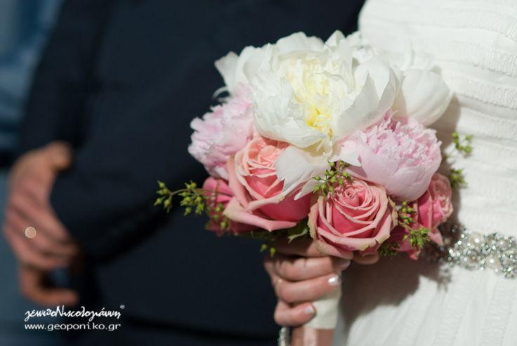 νυφικό μπουκέτο με παιώνιες και τριαντάφυλλα. Bridal bouquet with peonies and roses
