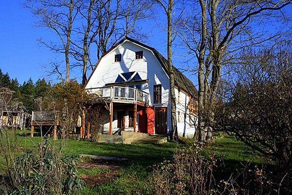 Old Barn, 9424 Windsong Loop, Bainbridge Island. Appena venduta a 542mila dollari Un fienile centenario riconvertito in abitazione, in un'isola della baia di Seattle