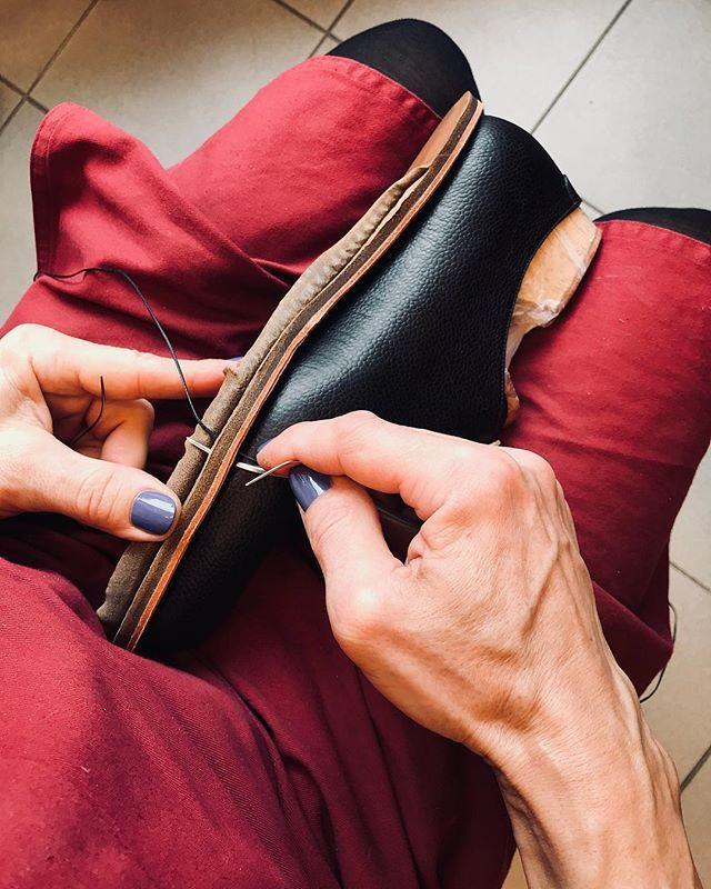 #rucniprace #boty #botynamiru #botynazakazku #botyjakoumeni #svec #ruce #workinprogress #shoemaking #luxuryshoes #bespokeshoes #weltedshoes #polishednails #polishedman
