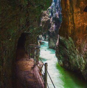 Du liebst Abenteuerurlaub, enge Schluchten und mystische Orte, wie im Grand Canyon? Die Partnachklamm bei Garmisch-Partenkirchen liegt quasi vor deiner Haustür.