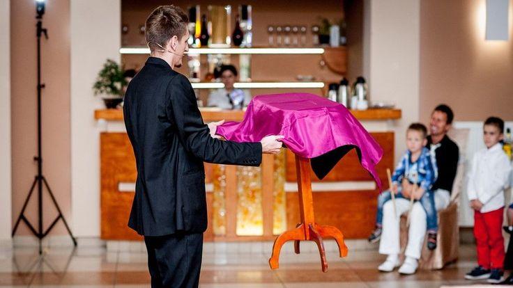 W pierwszy majowy poniedziałek mamy przyjemność przedstawić Wam niesamowicie wyjątkową ofertę... Pokazów Iluzji na Weselu!   Fascynujący pokaz magii na weselu zaprezentowany przez profesjonalnego iluzjonistę. Iluzjonista Konrad Mościński zaprasza do świata magii i iluzji. :)