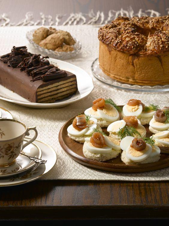 250 g kookosrasvaa 1 dl kaakaojauhetta 2 munaa 3 dl tomusokeria 25 kpl Paussi vanilja -keksejä (kostutukseen maitoa) Vuoraa pitkänomainen vuoka muovikelmulla. Sulata kookosrasva mikrossa tai liedellä…