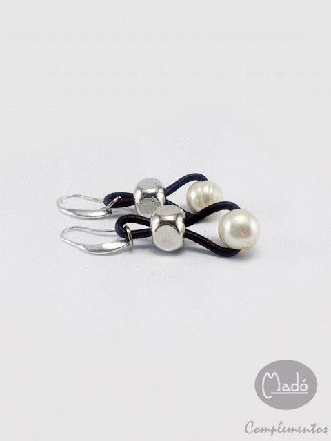 Madó Luaces : Pendientes largos de perlas cultivadas ,cuero y za...