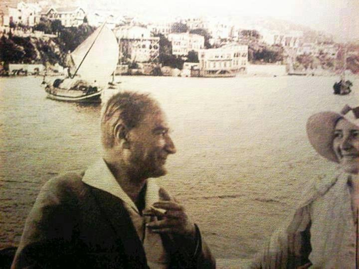 Atatürk, manevi kızı Prof. Afet İnan'la bir tekne gezisinde..