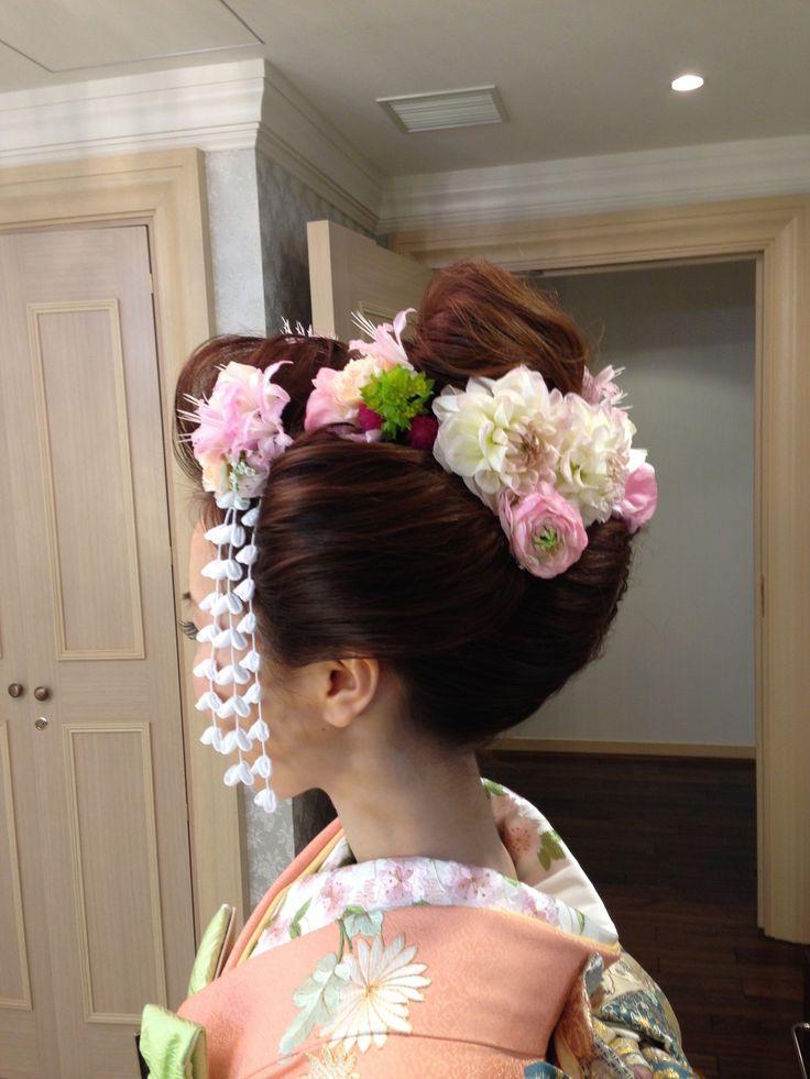 """《白無垢》や《色打掛け》などの和装に 「日本髪」 を合わせたいという花嫁さんが増えています♪ 特に、ロングヘアの花嫁さんは、自分の髪の毛で結い上げた 「新日本髪」 に憧れますよね? そこで、 参考にしたい素敵な """"地毛結い"""" のヘアカタログと、 「新日本髪」 の結い方についてまとめてみました!"""