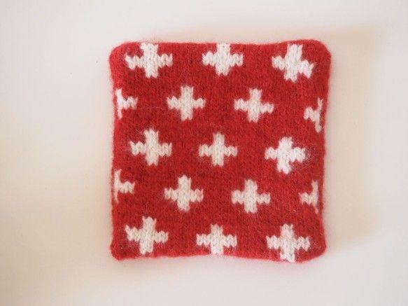 北欧の毛糸で編んだクロスのマット、表面のみクロスにしています。暖かいマグカップなどを置くのにもいいですね。また、それほど大きくないポットマットとしてもお使いい...|ハンドメイド、手作り、手仕事品の通販・販売・購入ならCreema。
