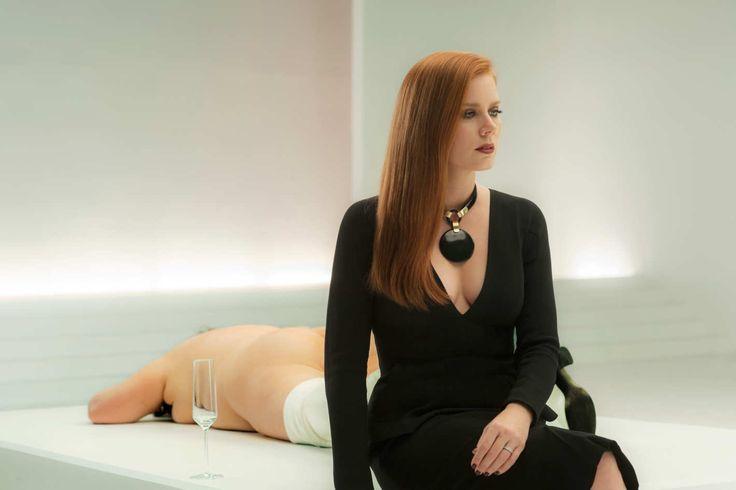 """Saiba mais detalhes sobre o figurino de Amy Adams em """"Animais Noturnos"""". O filme chega aos cinemas em 29 de dezembro."""