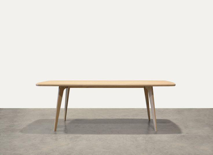 Een ontwerp van Oormerk, Tafel type Fjord - retro scandinavische tafel van massief eiken, handgemaakt met vriendelijke vormen.
