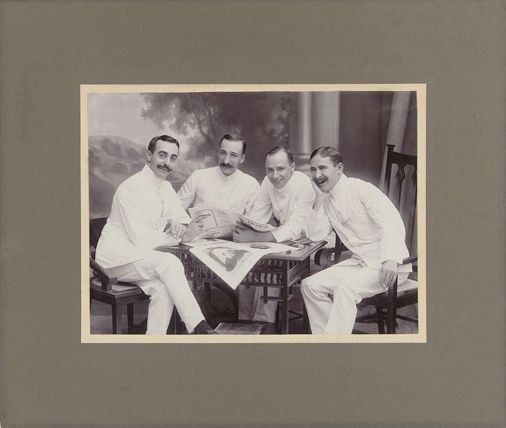 Anonymous | Groepsportret van drie heren in witte pakken voor een achtergronddoek, Anonymous, 1910 |