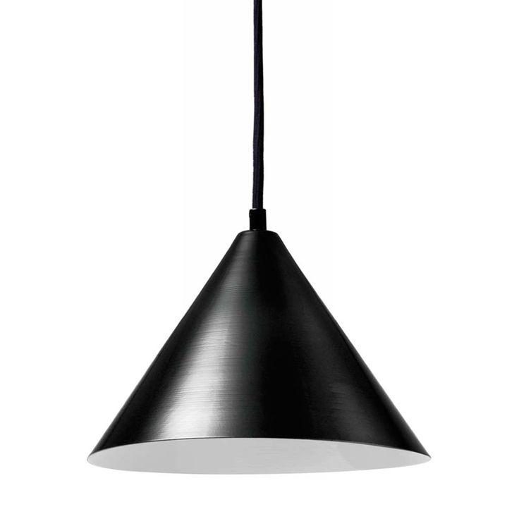 Svartlackerad plåtskärm med svart textilkabel. E27-sockel, 100W, IP20. Kabellängd 1,5 m.