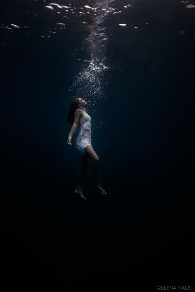 Aqua Photography: mermaid under water calm (via blog: Elenakalis.squarespace.com)
