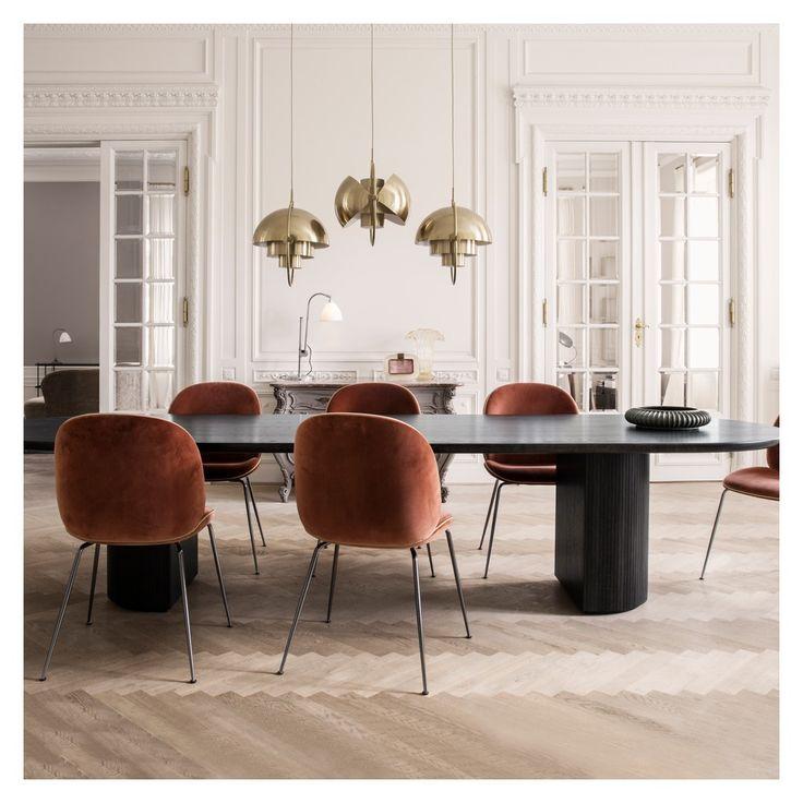 L'assise et le dossier de la chaise Beetle sont créés en utilisant la technique du placage stratifié moulé, ils sont recouverts d'un très beau velours bleu, avec un détail de passepoil. Elle repose sur un piétement en métal noir qui contraste parfaitement.
