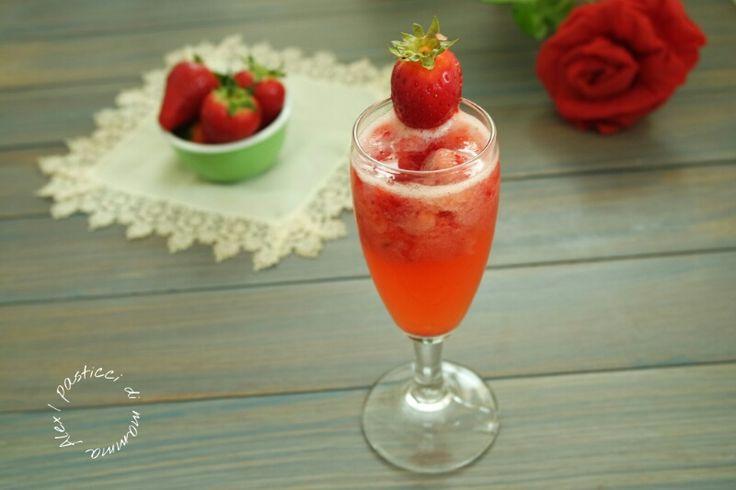 Lo spumante alle fragole è ideale da offrire nelle occasioni speciali o per festeggiare un avvenimento importante