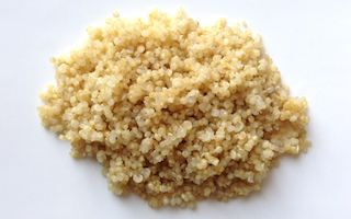 Le quinoa est une graineextraordinaire. Présenté comme une alternative aux céréales contenant du gluten et reconnu pour ses valeurs nutritives exceptionnelles, le quinoa est désormais adopté par de nombreux foyers.  Or, la cuisson du quinoa décourage certains dans la mesure où les techniques de cuisson sont souvent mal présentées. De manière quasi-systématique, les instructions préconisent une