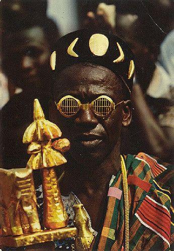 Deze gouden bril heeft alles met status en aanzien te maken. De koning droeg de bril omdat het volk hem niet recht in de ogen mocht kijken.  Ivoorkust, 1950-1970. Fotograaf: J.C. Nourault