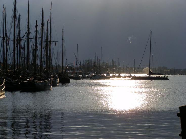 Impressionen von der Hanse Sail   Hanse Sail – Amada im Gegenlicht