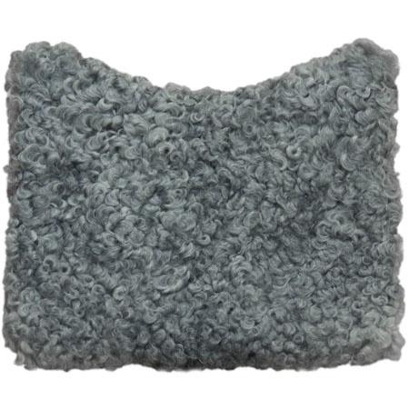 Dyna av grått fårskinn.     Cushion from gray lambskin.