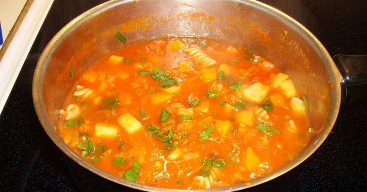 1.5 poäng portionen Tips! För att få soppan rejälare så skiva i mager smakrik korv t.ex. kabanoss eller chorizo. I paket viktväktarkorv med 3 korvar är värd 4.5 poäng så soppan blir då värd 2.5 poäng portionen.