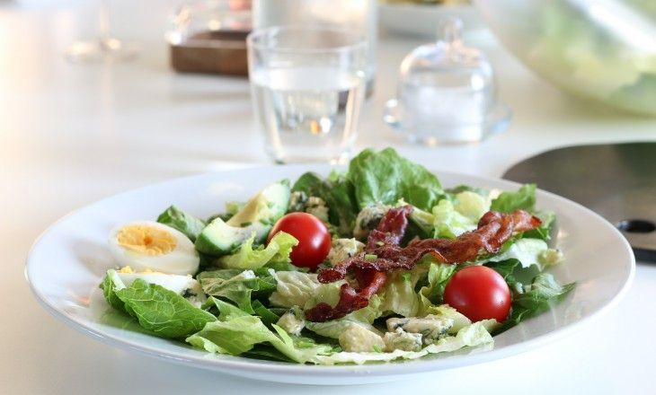Denna klassiska amerikanska sallad är den ständiga tvåan efter Caesarsallad. De borde dela första platsen.