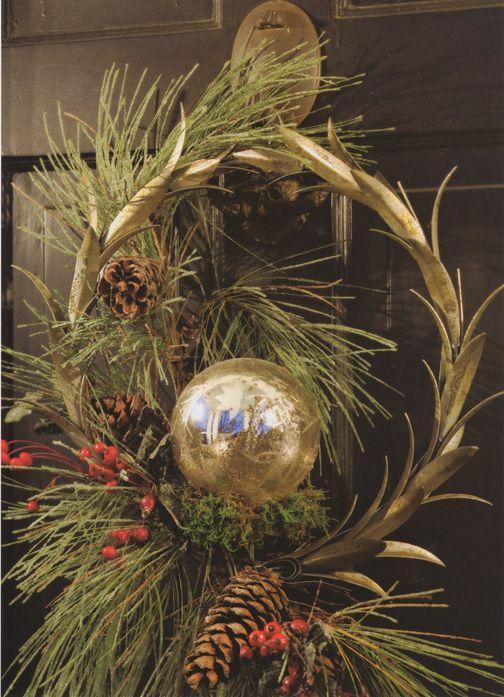 A Hint of Christmas: Christmas Wreaths, Beautiful Holidays, Christmas Frufru, Beautiful Christmas, Beautiful Doors, Front Doors Wreaths, Simple Wreaths, Holidays Doors, Holidays Seasons