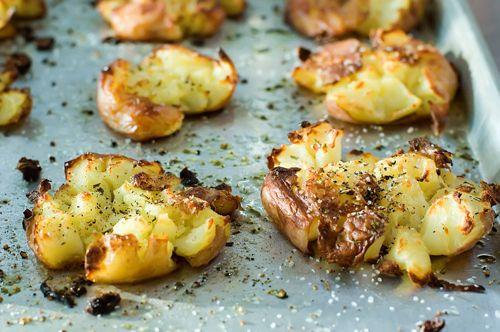Pommes de terre écrasées aromatisées et cuite au four.... Un plus c 'est d'y rajouter du fromage dessus
