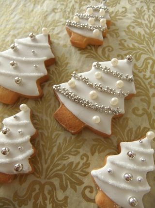 White Christmas Tree Icing Cookie  クリスマスツリー、銀世界のイメージでアイシングしてみました。    でもやっぱりツリーは...