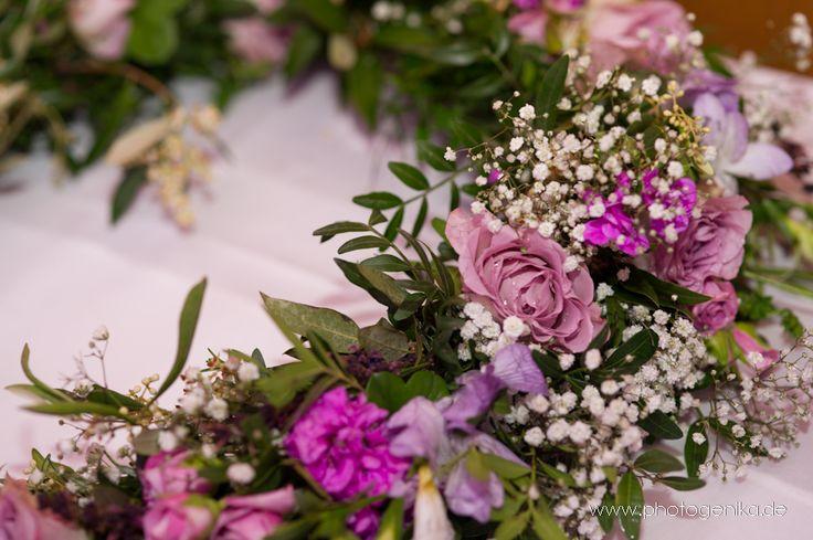 Hochzeit Tischdeko Blumenkranz Rosen Lila Flieder Pink