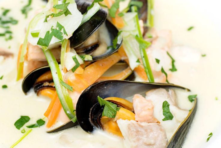 Ingenting er som en smakfull, rykende varm fiskesuppe. Servert med godt brød fungerer retten både som forrett og hovedrett. Denne porsjonen er beregnet som hovedrett. Laks kan erstattes med torskefilet, steinbit eller annen type renskåret filet.Kilde: Adresseavisen