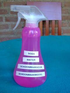 1/10 schoonmaakazijn; 9/10 water en 1 eetlepel soda. Het ontvet en ontkalkt.