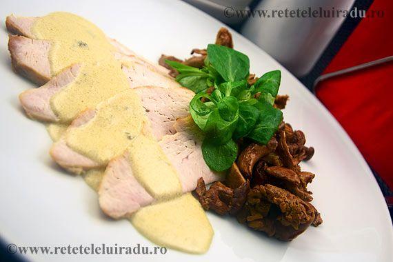 Turkey with hollandaise sauce and wild mushrooms