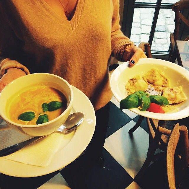 Ravioli z cielęciną i sosem grzybowym oraz aromatyczną zupę dyniową z gruszką Zapraszamy! #letarg #letargbistro #soup #pumpkin #peach #ravioli #meat #mushroom #sauce #lunch #lunchtime #lunchidea #food #foodporn #instafood #foodgasm #dinner #poznan #restaurant #tasty #amazing #delicious #pzn #foodinpoznan