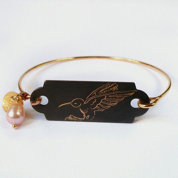 Bracelet dur plaqué or et perle d'eau douce avec une plaque gravée main de colibri