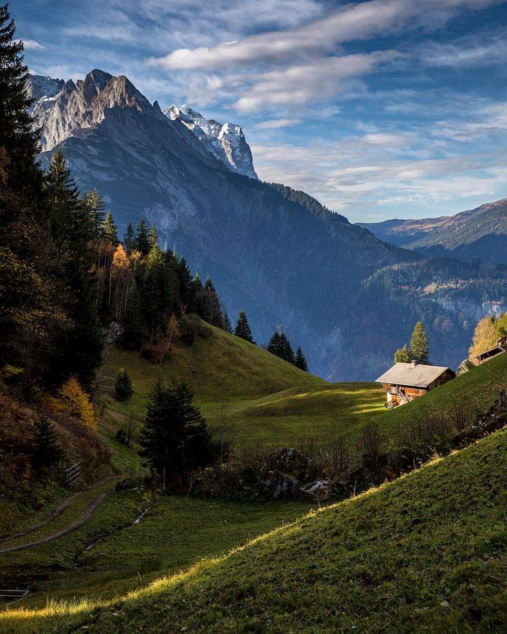 #winterlicken #hasliberg #hasliberg #lightstripes #sunlight #mountains #mountainworld #berneroberland #house #swissalps #switzerland…