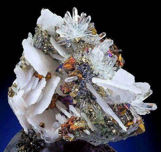 Amazing combination of Calcite, Quartz and Chalcopyrite From Boldut Mine, Romania Via: Quartzsite Happenings Visit Amazing Geologist for more..