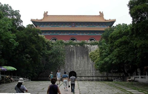 One of the biggest imperial tombs in China, it is where Zhu Yuanzhang, the first emperor of the Ming Dynasty, was buried. Based on the style of imperial mausoleums of the Tang and Song Dynasties, the mausoleum still reflects some innovations in architecture. So far, it has been put onto the World Cultural Heritage List.