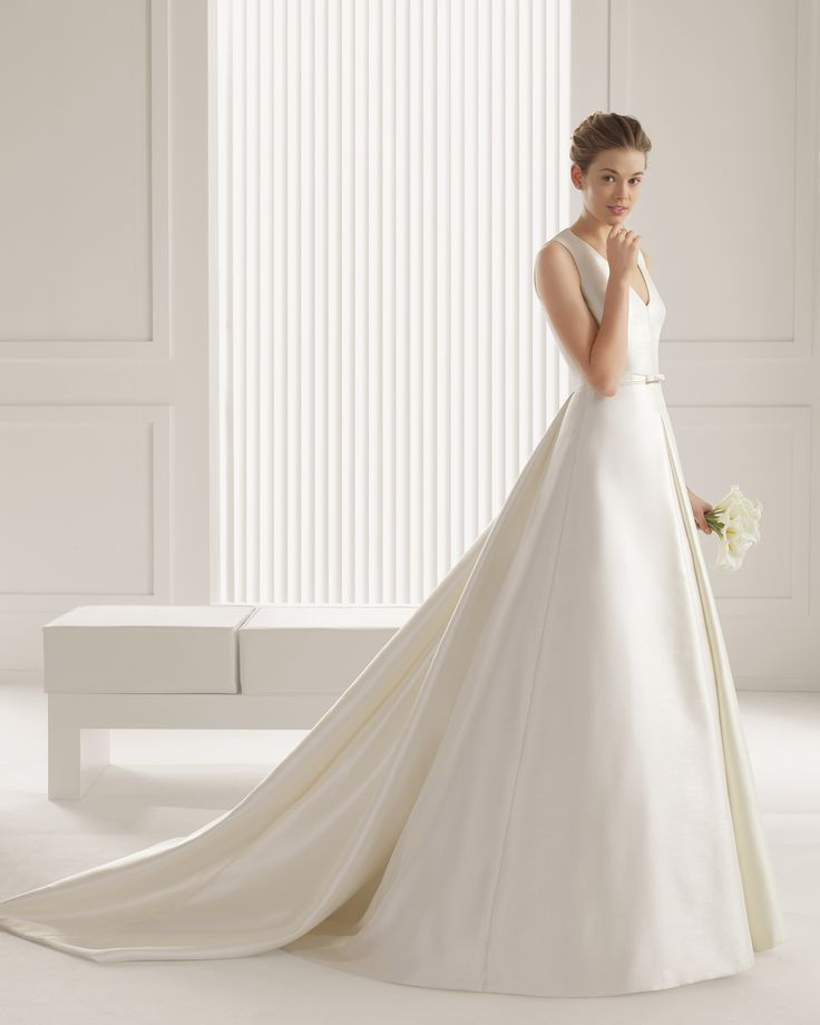 81232 SARI  Rustic silk dress and train, in ivory. Mikado dress and train in a natural colour.