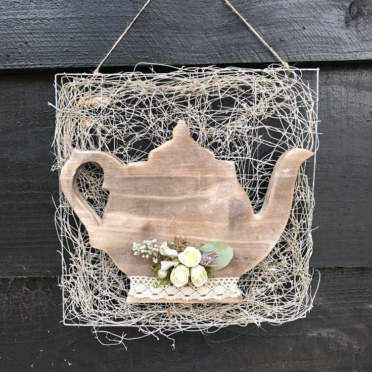 Wandbord van fijne takjes met houten theepot opgemaakt met lint en toefje. Leuk voor in de keuken. Te verkrijgen op CreAnoeska.nl