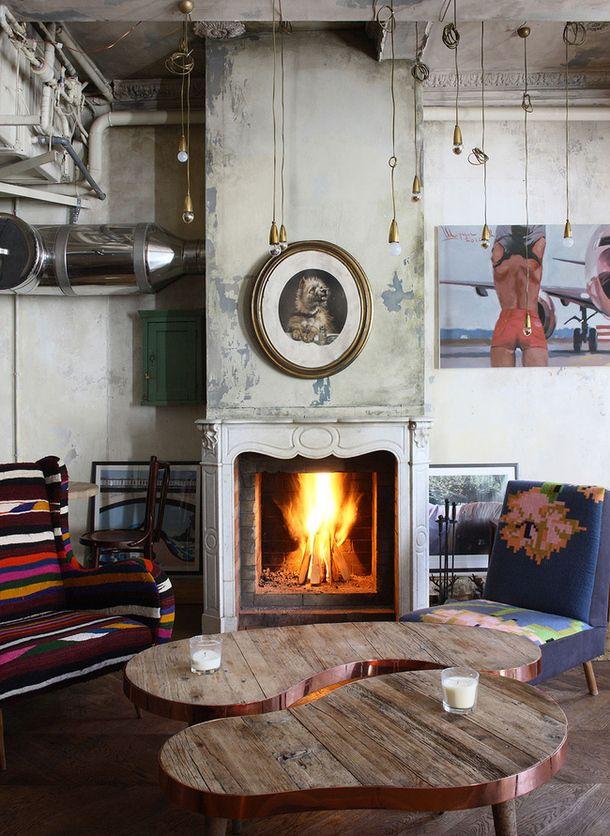 """За ретроатмосферу на втором этаже """"Уголька"""" отвечают мебель и аксессуары, найденные на блошиных рынках Франции – это и столы из французского бистро, и разномастные стулья, и смешные картинки на стенах. В ресторане даже есть коллекция антикварных сифонов 1960-х годов. Photo _M9V5123.jpg"""
