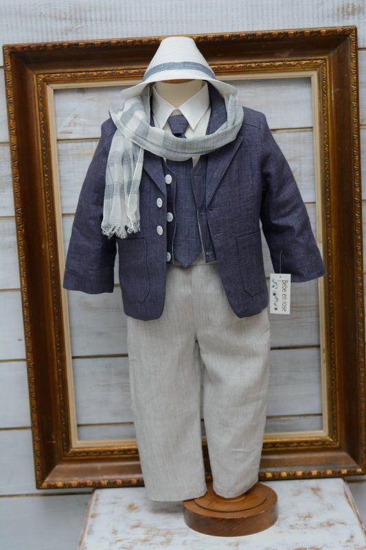 Κουστουμάκι βαπτιστικό για αγοράκι λινό Ελληνικής ραφής . One size κατάλληλο για ηλικία μέχρι 1,5 έτους.  Η τιμή περιλαμβάνει   πουκάμισο πατελονάκι σακάκι γραβάτα το κασκόλ της φωτογραφίας το καπελάκι της φωτογραφίας