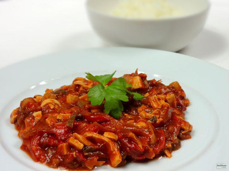 Mexická směs z paprik a Šmakouna s čerstvou chilli papričkou má pořádný říz. Jemná jasmínová rýže chuť krásně doladí.