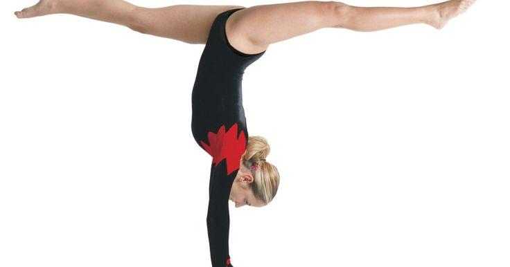 Como usar a bola na ginástica rítmica. Uma ginasta faz uma coreografia delicada e impetuosa com o aparato de bola na ginástica rítmica. Ela deve mostrar habilidades com ballet, dança e ginástica artística para conquistar os pontos necessários na competição. As técnicas a seguir são difíceis de aprender, mas as atletas fazem com que elas se pareçam fáceis.