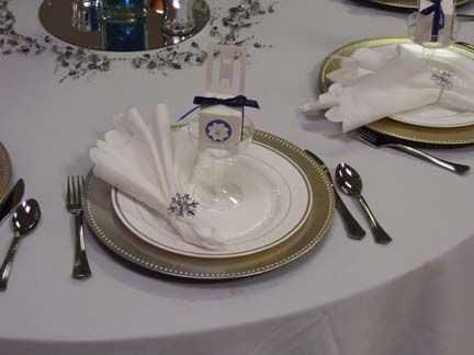 Elegant Disposable Dishware all of the dishes and flatware are disposable.