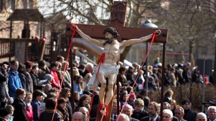 Was feiern wir eigentlich an den Osterfeiertagen? BILD erklärt die Feiertage Karfreitags-Prozession in Lohr am Main (Archivfoto)