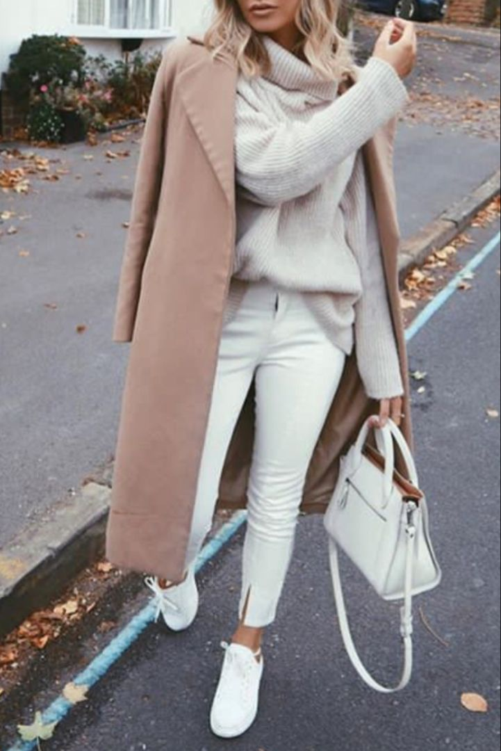 Mode femme automne/hiver tout en blanc avec un lengthy manteau camel