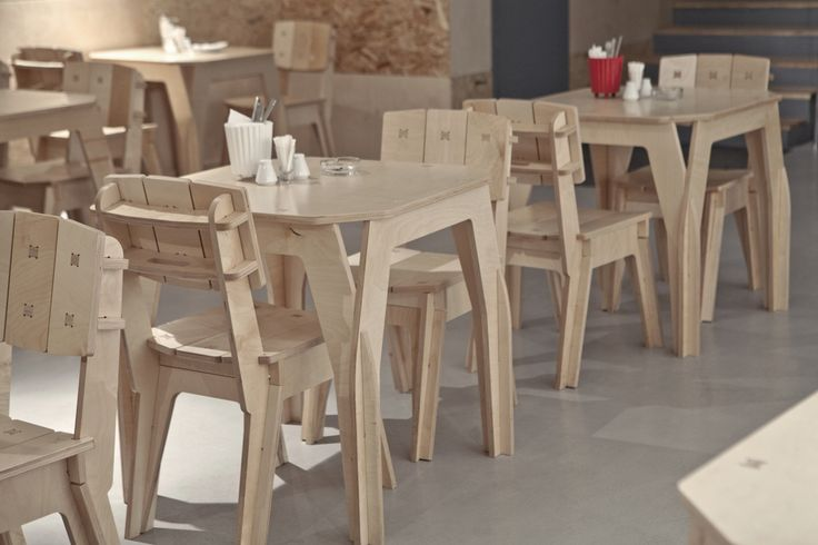 Conheça o projeto APTEK Bar do Dopludo Collective, responsáveis por design de interiores e de produtos. O site apresenta fotos com as suas criações e arquivos dos projetos de mesas, bancos e cadeiras para download (GRATUITO). Ainda tem vídeos mostrando como montar as peças  no vídeo 01 mostra a