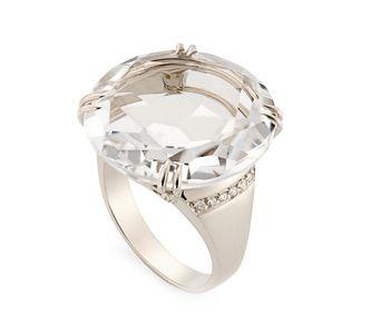 Anel de Ouro Nobre 18K com cristal de rocha e diamantes - Coleção Rua das Pedras Link:http://www.hstern.com.br/joias/p-produto/A1CR163864/anel/rua-das-pedras/anel-de-ouro-nobre-18k-com-cristal-de-rocha-e-diamantes---colecao-rua-das-pedras