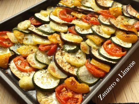 Queste verdure al forno sono un contorno perfetto sia per accompagnare carni che pesci. Bello l'accostamento di colori e sapori