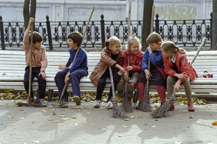 Школьники отдыхают во время уборки листвы. Москва, 1983
